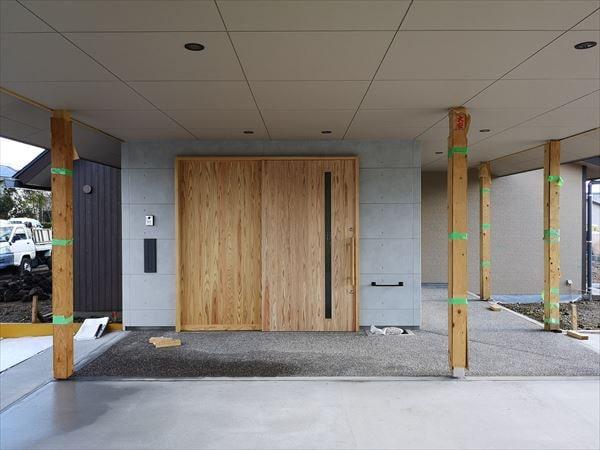 玄関エントランスの木製ドアの表情