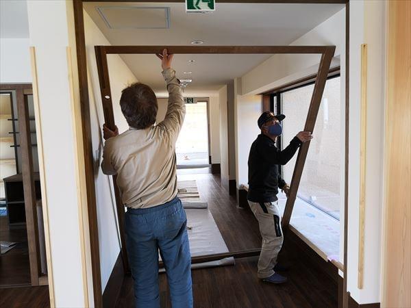通路引き込み戸の建て付けを行う建具職人