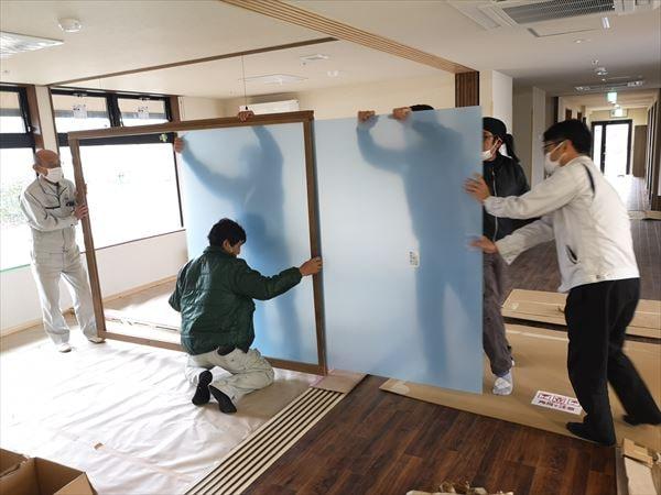 引き込み戸のポリカーボネイト板を入れ込む複数の建具職人