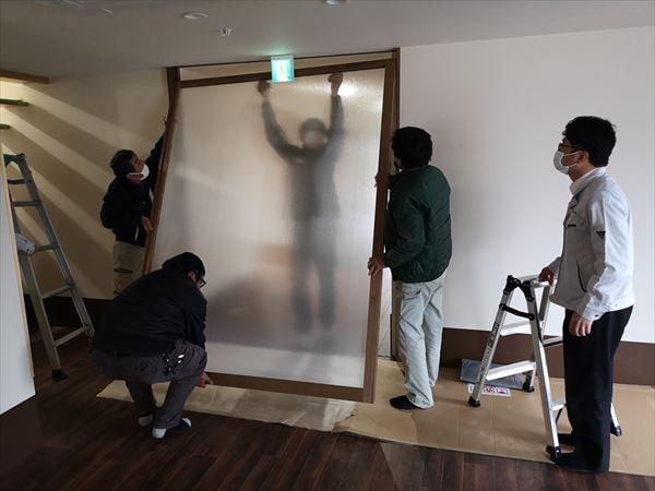 引き込み戸の建て付けを行う複数の建具職人