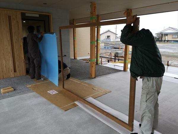 玄関引き込み戸のポリカーボネイト板入れを待つ建具職人