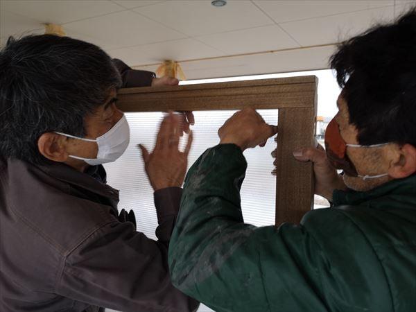 玄関引戸の内部ポリカーボネイト板を入れ込む建具職人