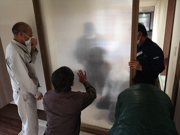 玄関引き込み戸の建て付け状況を確認する建具職人