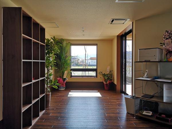 通いスペースのインテリア 棚の壁と明るい窓
