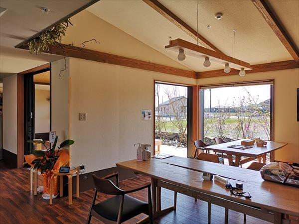 食堂のインテリア 木のテーブルと椅子