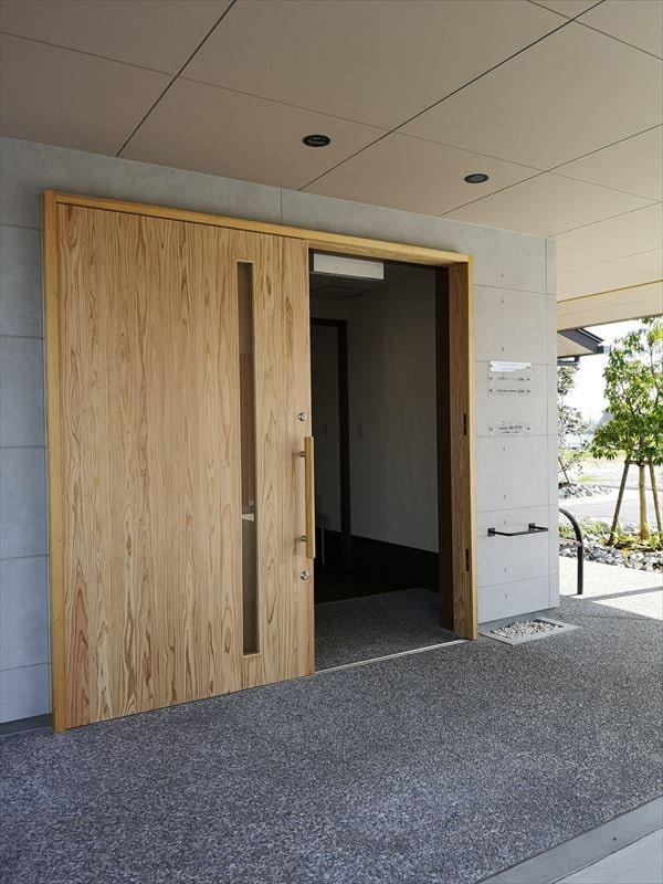 木製で製作した玄関片引き戸を開いた様子
