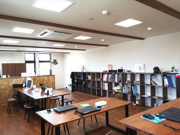 2階スタッフルームの完成後の様子 ワークテーブルや収納家具が並ぶ