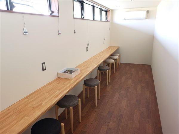 完成後の2階スタッフ休憩コーナー カウンターに腰掛け椅子が並ぶ