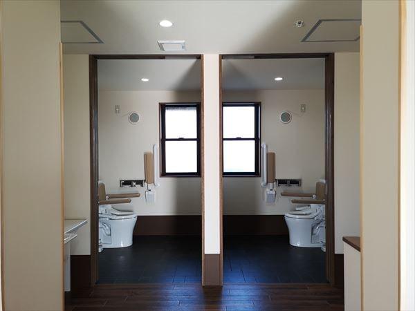 通いスペースの奥に設けられた利用者用のトイレ