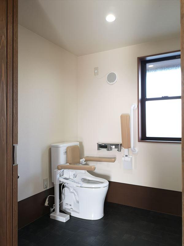 利用者用のトイレ 腰掛け便器左手側利用 腰掛け便器に壁付けの手すりを設置