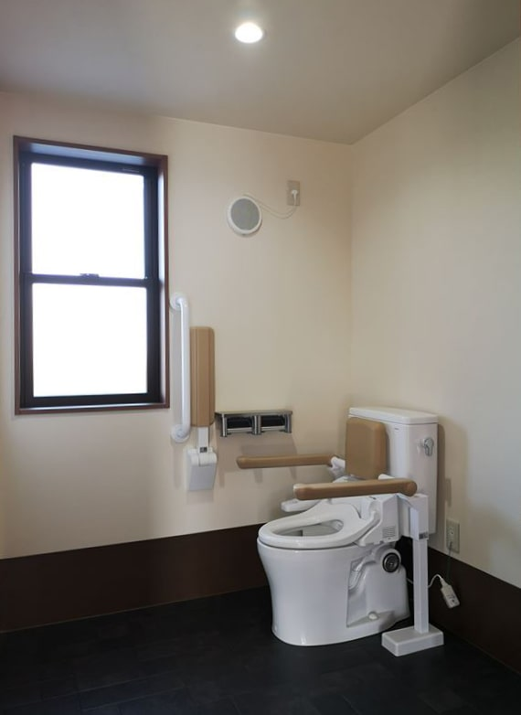 利用者用のトイレ 腰掛け便器右手側利用 腰掛け便器に壁手すりを設置