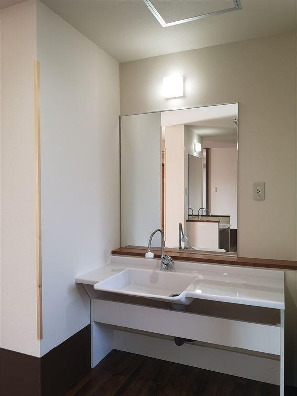 トイレ前に設けられた洗面コーナー オープン型の洗面カウンター カウンター正面に大きな化粧鏡