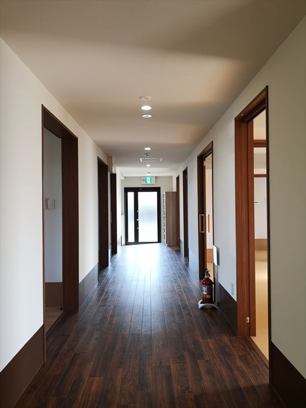 個室と浴室に面する通路室内の様子