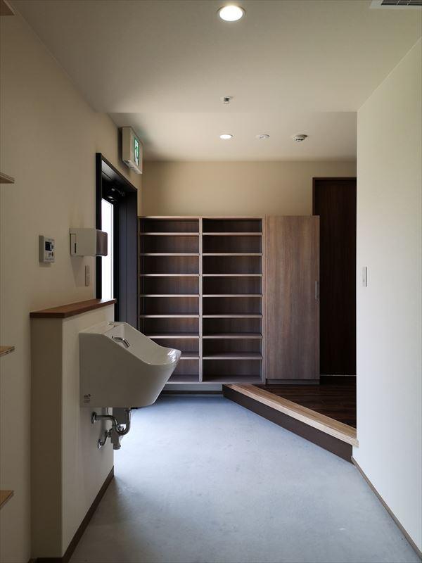 完成したスタッフ専用の管理出口の部屋 床は土間床仕様