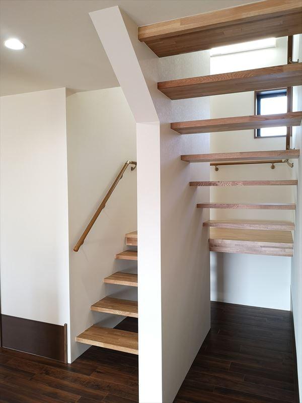 踏み板がスケルトン仕様の階段室の様子
