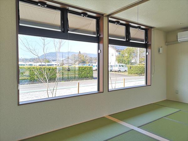 休憩室に設けられた窓 天井高さまでの窓から室内にあかりが射し込む