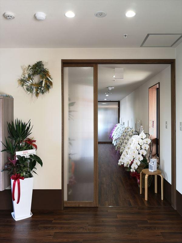 玄関から見た廊下の様子 廊下には開設祝のお花が並べられている