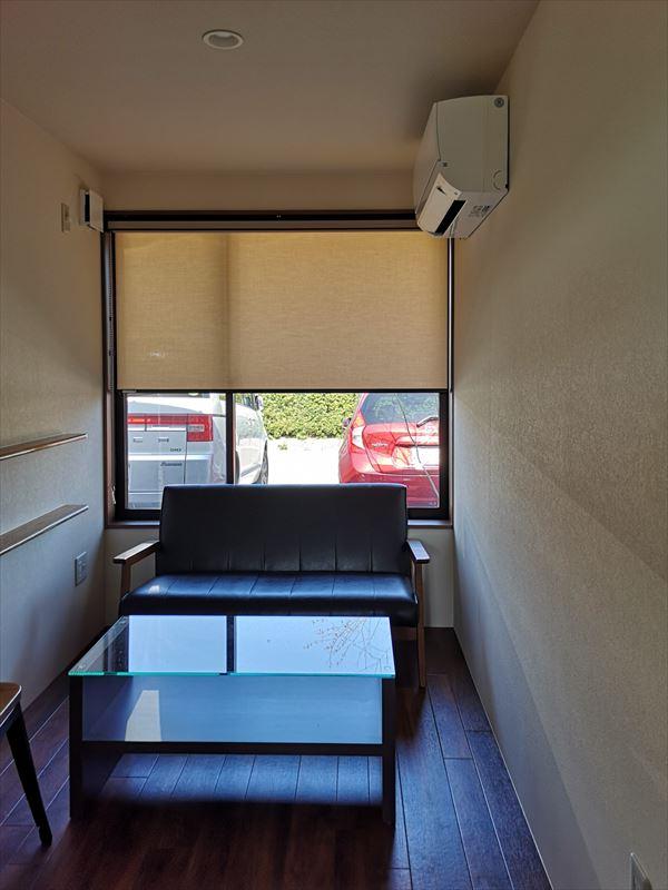 完成した応接室の様子 黒い革の腰掛け椅子とガラスのテーブル