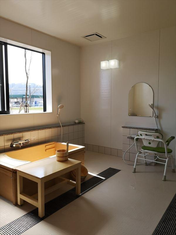 沐浴室の室内の様子 檜葉の浴槽とシャワーコーナーを設置