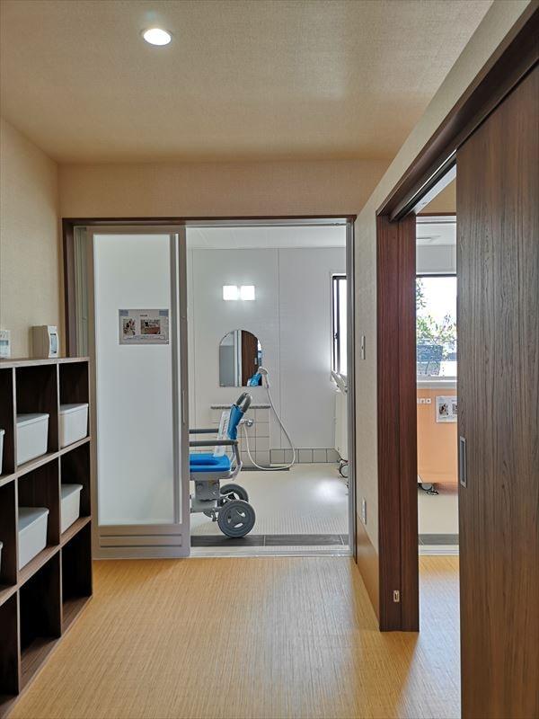 脱衣室から見た浴室の様子 窓からのひかりで明るい空間