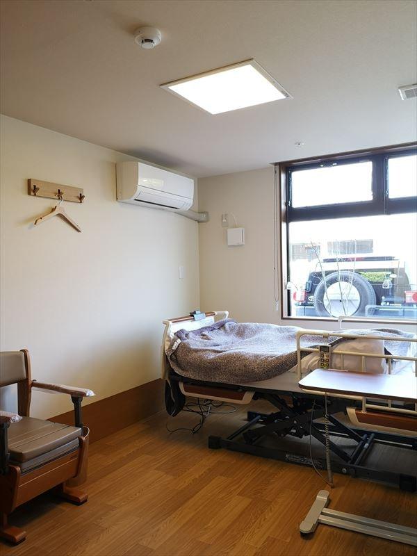 完成した個室の内部の様子 椅子とベッドが置かれた状態