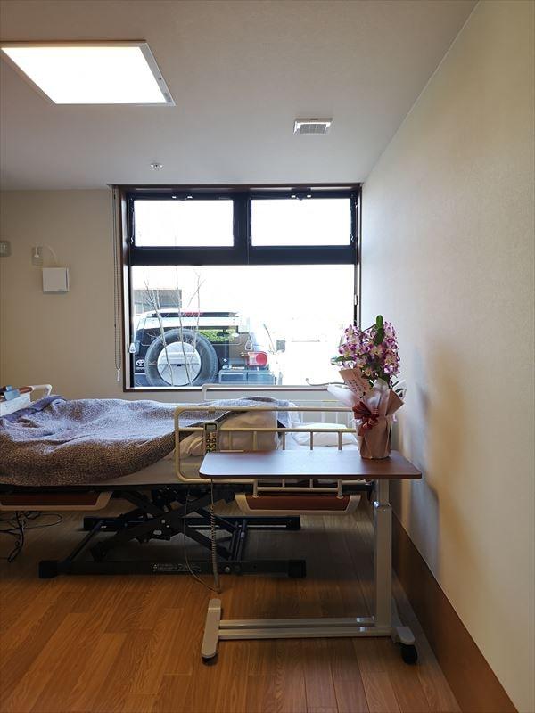 完成した個室の内部の様子 ワゴン棚とベッドが置かれた状態