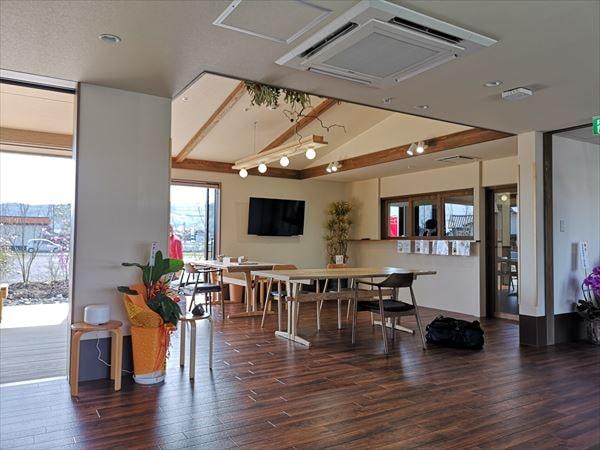 完成した通いスペースの内部 ダイニングテーブルの他、腰掛け椅子や観葉植物が置かれている