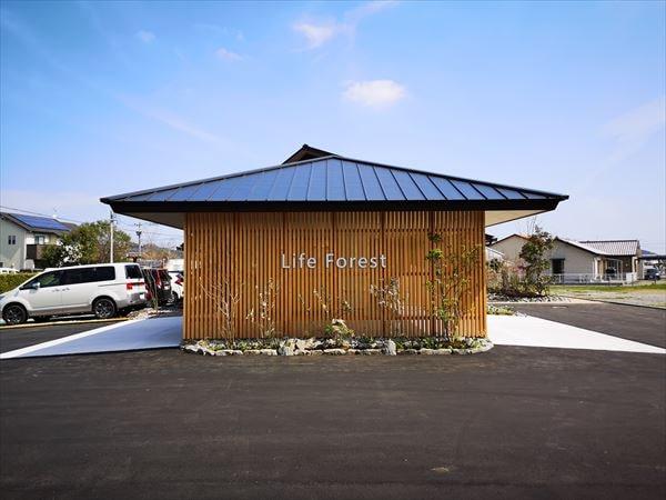 青空の天気に完成した外観 木製の格子壁に看板サイン