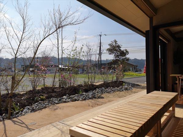 インナーのウッドデッキテラスから眺める雑木林の庭