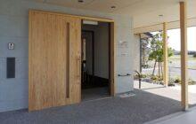 玄関エントランスの外観 木製の玄関引き戸