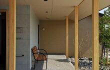エントランス東側の休憩コーナー 木製ベンチ1脚が置かれる