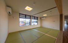 12帖の広さの畳敷きの休憩室 大きな腰付き窓 2室分割出来る作り