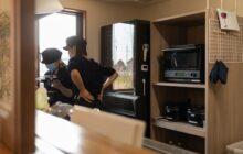 キッチンで調理にあたる二人の管理栄養士さん