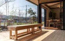 食堂に隣接されたウッドデッキテラス 明るい日差しがテラスに射し込む
