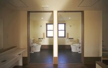 通路2から見た利用者専用の2つの多目的トイレ 同じ作りで左右対称の作り