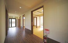 浴室や個室へ向かう通路3 壁面にいくつもの出入りの戸が並ぶ