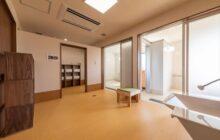 浴室に隣接された更衣室 床は籐柄の床材 2つの浴室とつながる