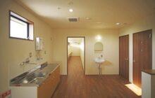 2階階段ホール内観 壁面に流し台 手洗い器 奥にスタッフ用の休憩コーナー
