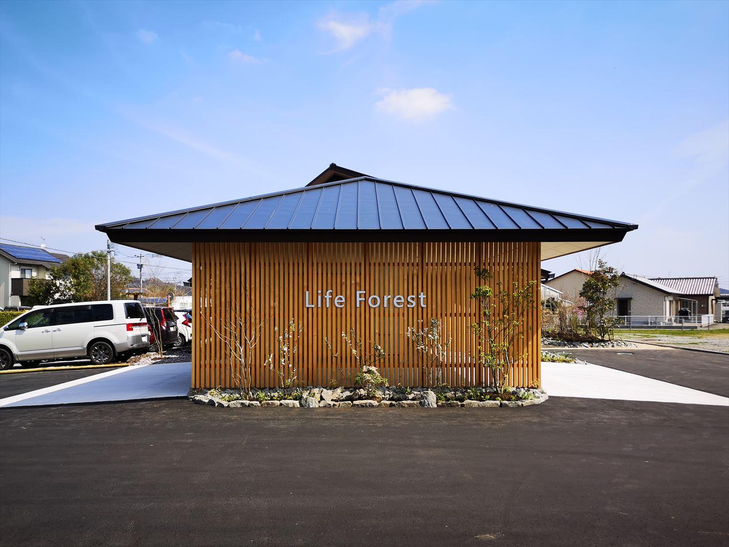 建物ファサード外観 木格子壁と屋根との外観