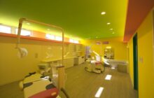 こども検診室 室内 黄色の壁 緑の天井 2台の検診ユニット
