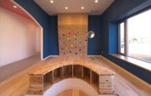 待合室内部 杉の床 青の壁と白い天井 ボルタリング壁